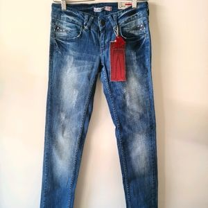 Distressed jeans with heart details